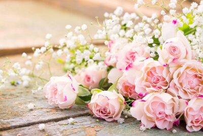 Canvas print Ein herrlicher Rosenstrauß auf rustikalem Holz