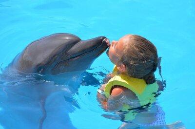 Canvas print fille embrassant  un dauphin