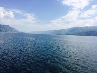 Canvas print großer See mit Bergen und blauen Himmel