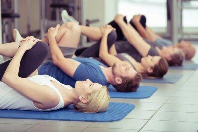 Canvas print gruppe macht dehnübungen im fitness-center