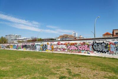 Canvas print Mur et pelouse verte. Berlin.