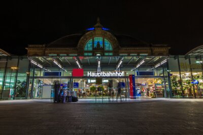 Canvas print Nachtaufnahme des Bahnhofes in Halle Saale