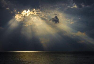 Canvas print Raggi di luce sul mare attraverso le nuvole