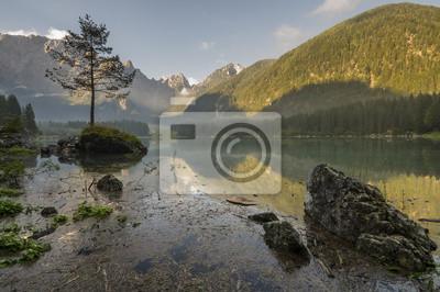 Alpejskie jezioro o poranku