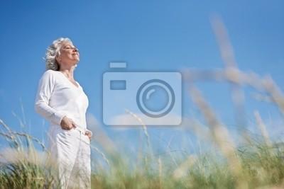 attractive in, grauhaarige Seniorin genießt das More