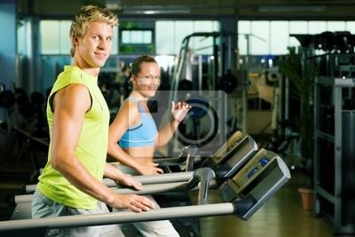 Auf dem Laufband trainieren im Fitnessstudio