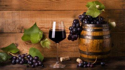 Wall mural calice di vino rosso con uva e botte