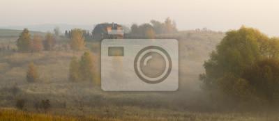 Dom wiejski w jesiennej mglistej scenerii