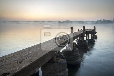 drewniany pomost nad rzeką o poranku