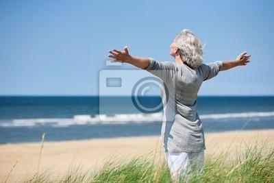 grauhaarige Frau about Meer
