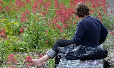homme assis dans un jardin public