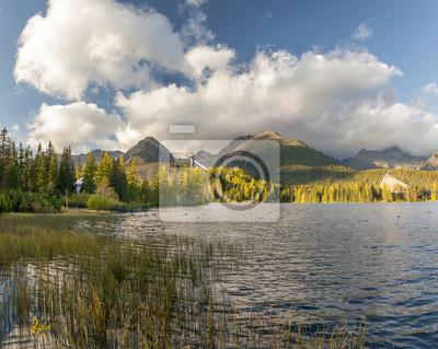 Jesień na górskim jeziorem w Tatrach