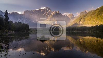 Jesień nad alpejskim jeziorem