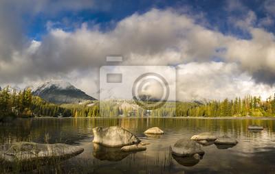 Jesień nad górskim jeziorem w Tatrach