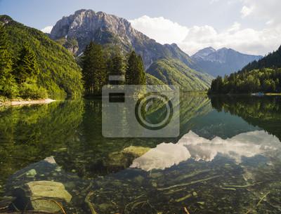 Lago de Predil,panorama górskiego jeziora w Alpach Włoskich