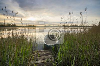 łódka na brzegu jeziora
