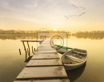 łódka przy oszronionym pomoście w zimowy poranek