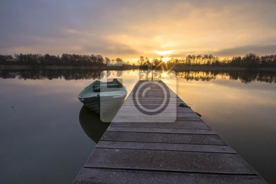 łódki zacumowane zimą do drewnianego pomostu