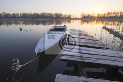 Łódź rybacka w przystani w zimowy poranek