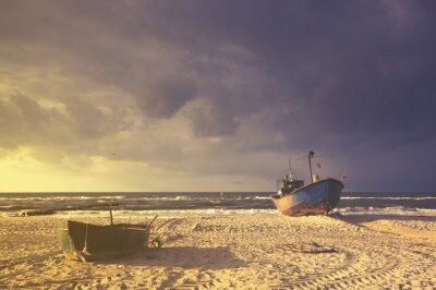 Łodzie na plaży podczas sztormu,kolorystyka retro
