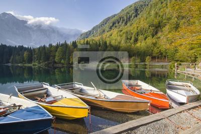 łodzie nad alpejskim jeziorkiem