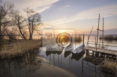łodzie rybackie w świetle zachodzącego słońca