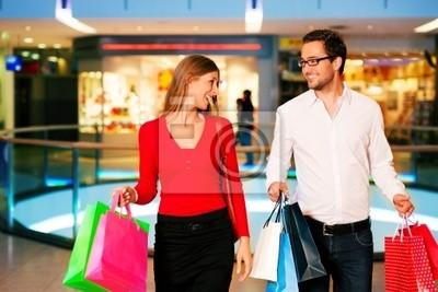 Mann und Frau in Kaufhaus mit Tüten