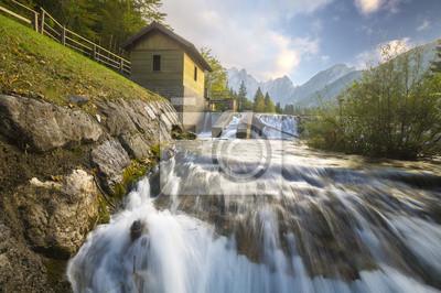 młyn wodny na alpejskim strumieniu
