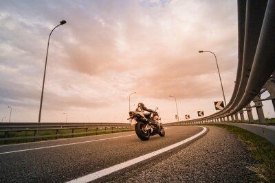 Wall mural Motociclista su moto da strada
