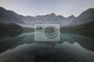 Odbijające się góry w tafli alpejskiego jeziora