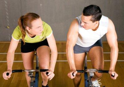 Paar auf dem Fitnessrad