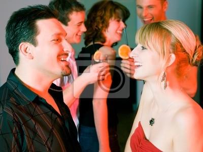 Paar flirtet in der Bar