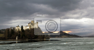panorama zamku w Niedzicy,w oddali ruiny zamku w Czorsztynie
