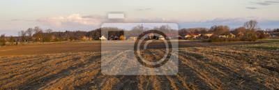 Panorama zaoranego pola pod wsią
