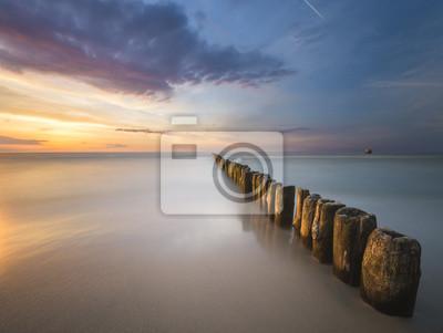 Piękny zachód słońca nad morzem bałtyckim