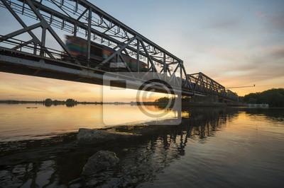 Pociąg wjeżdżający na stary żelazny most kolejowy