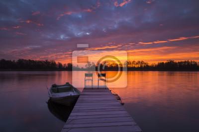 Pomost wędkarski nad rzeką o świcie