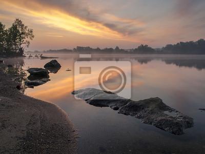przed wschodem słońca nad rzeką