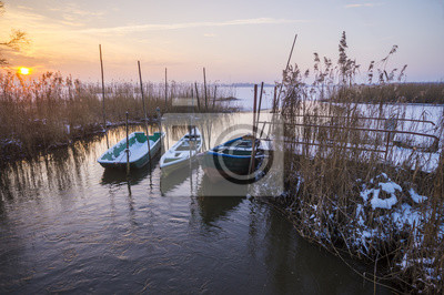 Przystań rybacka w zimowej scenerii