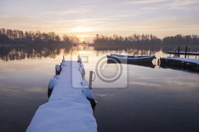 Przystań rzeczna w zimowej scenerii