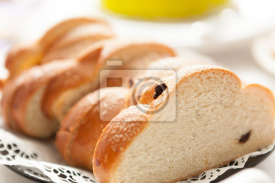 Sliced raisin bun on a coffee table
