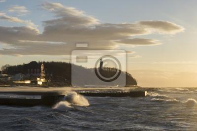 Sztorm nad morzem,w oddali latarnia morska w niechorzu
