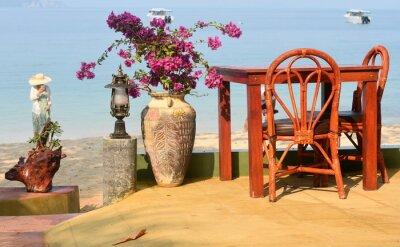table en bordure d'une plage