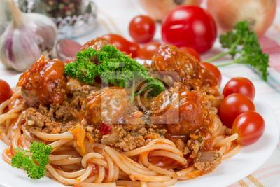 traditional Italian dish spaghetti bolognese