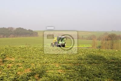 Traktor rolniczy podczas prac polowych
