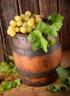 Wall mural vecchia botte di vino con grappolo di uva