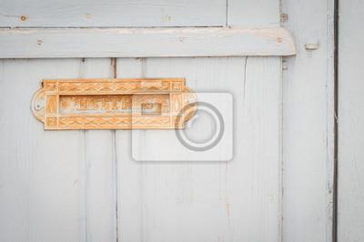 Wall mural Vieille boîte à lettres sur une porte en bois