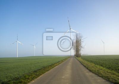 wiatraki na wiosennym polu