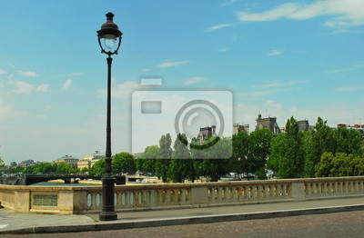Фонарь на мостике через Сену в Париже