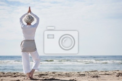 Yoga am Strand activated Seniorin Macht